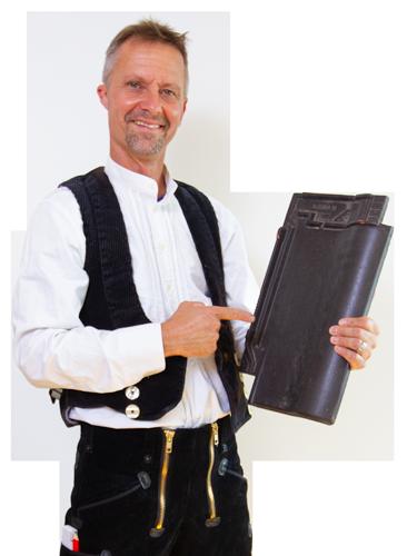 Herr Schmidt mit Dachziegel